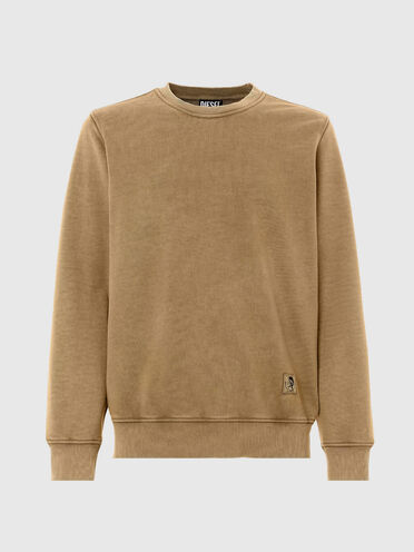 Garment-dyed sweatshirt with patch
