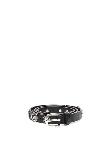 Cinturón de piel con tachuelas grabadas